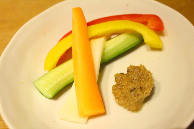 〈ままニャカウダ〉と温野菜を皿の上に