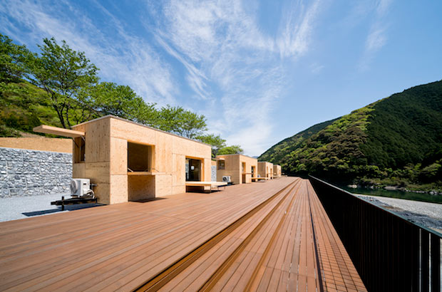 キャンプサイトのほか、世界的建築家の隈健吾氏が手がけたモバイルハウス〈住箱-JYUBAKO-〉