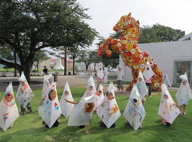 十和田市現代美術館の馬のモニュメント前。地元の子どもたちにもウマジンは大人気。