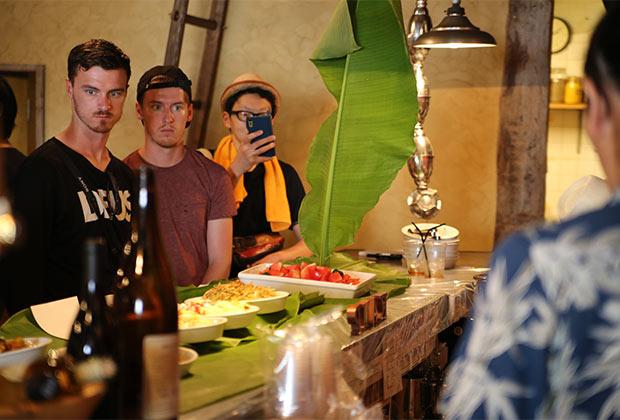 ゲストハウスに宿泊した外国人も興味津々。