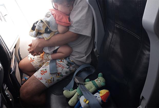 着陸直前までおとなしく眠っていました。