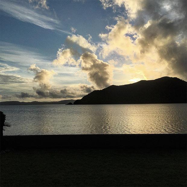 本当ならば台風が近づいて来ているはずだったが、どうやら沖縄のさらに南のほうにそれていったらしく、海も穏やか。