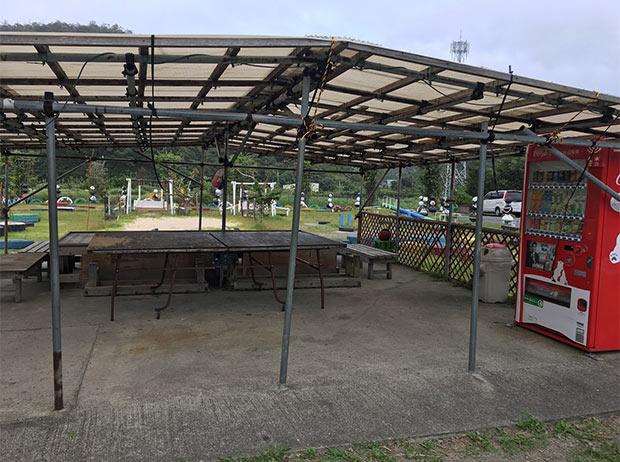 あと隣にかなり雨風に晒された感ある卓球台。