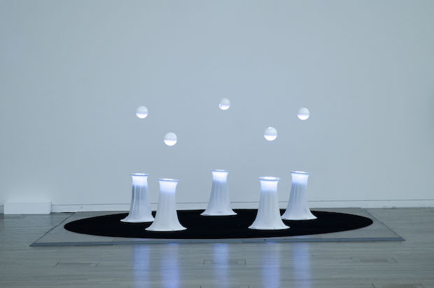 Ryo Kishiさんの作品。(参考作品)Kishiさんは2010年東京大学大学院修了。技術やツールにこだわることなく現象に着目した実験製作を行い、ARS ELECTRONICAなど国内外の展示会で作品を発表し文化庁メディア芸術祭新人賞など受賞されています。