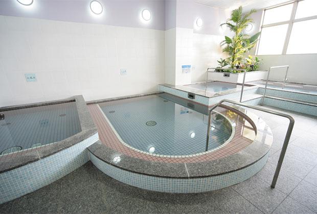 明るくて清潔なお風呂。温泉水を使った主浴槽、エステバス、電気風呂、水風呂などが楽しめます。