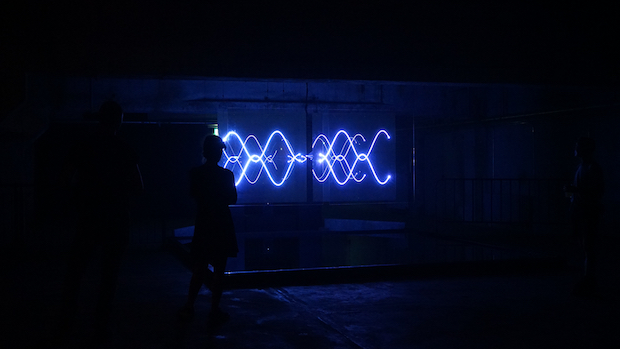 藤元翔平さんによる作品(参考作品)。藤元さんは岐阜県立国際情報科学芸術アカデミー(IAMAS)卒業後、多摩美術大学情報デザイン学科へ編入。モジュール性や繰り返しの性質に着目し、それらから得られる視覚的パターンが及ぼす感覚を探求されています。