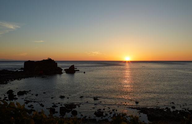 海に沈む夕陽を求めて西海岸の釜谷集落へ行くのもおすすめ。