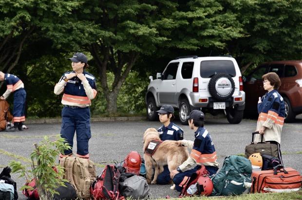 災害救助犬3頭と医師、看護師を含むレスキューチームを派遣