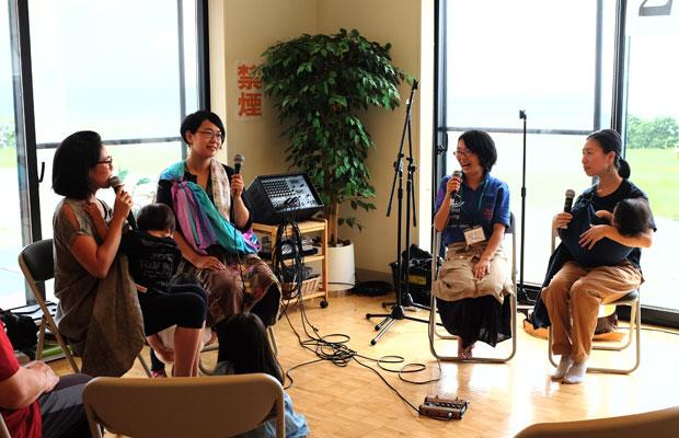 さまざまなジャンルの妻たちによる公開井戸端会議というトークも行われた。左端は今回の司会を務めた宍戸慈さん。右からふたり目が村上妙子さん。