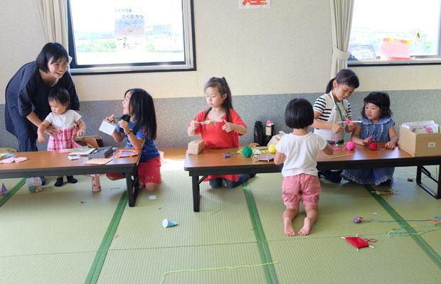 イベント会場の一部には「子ども店長」コーナーも。毛糸のワークショップや石の販売など、子どもたちの目は真剣。