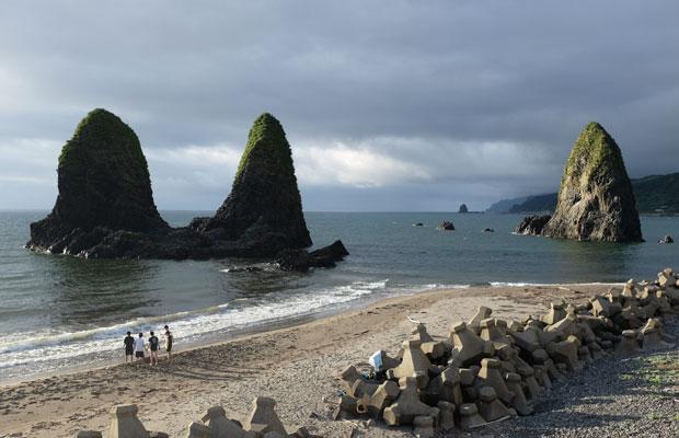 富樫さんが営む民宿〈海の家〉は海岸に面している。せたなのシンボルともいえる存在、三本杉岩が間近に見える。