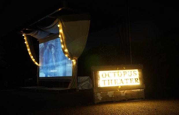 いつもの駐車場がこの日は野外映画劇場に。