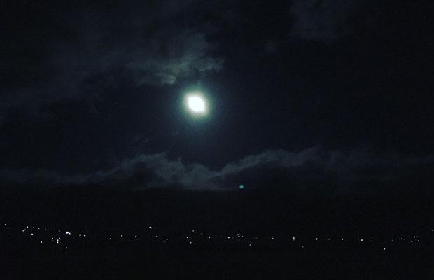眩しいほどの満月も現れました。