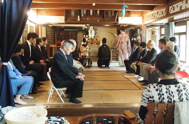 いつものリビングが神聖な結婚式場に。なんだか不思議な気分でした。