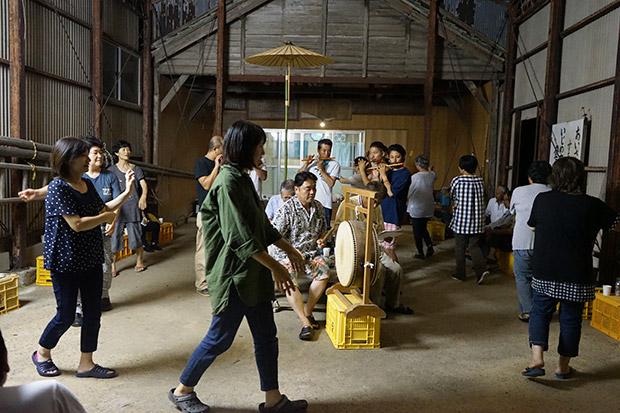 集落の盆踊り。
