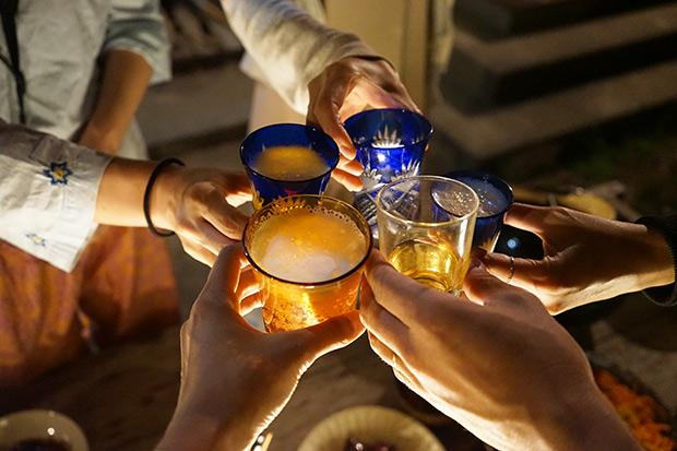 白熱灯の灯りのもと、乾杯!