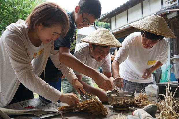 短期住人と合宿メンバーで納豆づくり。