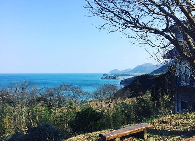 丹後松島。周りには青い海と青い空と山が広がり、自然豊かな環境。