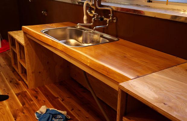 キッチンのアフター。料理が得意なご主人、自らが制作したキッチンです。