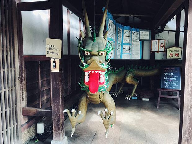 稲葉本家の龍のロボット。