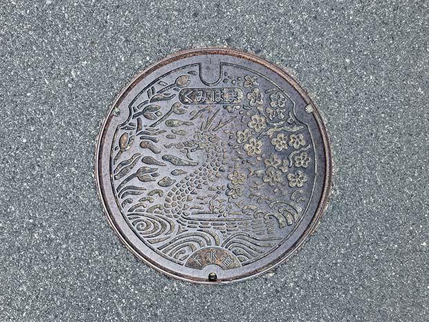 龍が描かれたマンホール