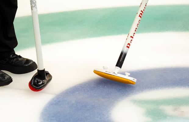 ブラシでゴシゴシとリンクをこすることでストーンの滑りがよくなり、滑る距離を3~4メートル伸ばすことができるのだとか。