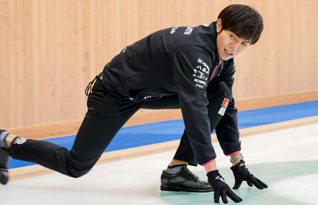 氷に両手をつき、膝を立てた足に重心をおいて滑らないほうのシューズでシートのサイドを蹴る!