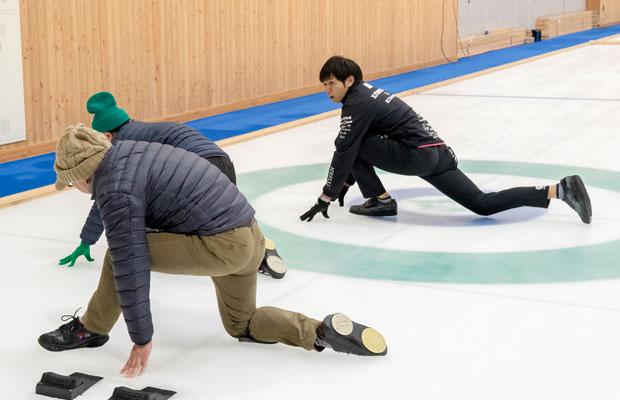 両角選手と比べると無様すぎる……。ちなみに、うまく滑れても立ち上がるときに滑るほうのシューズに体重がのると転倒必至! 油断大敵です。