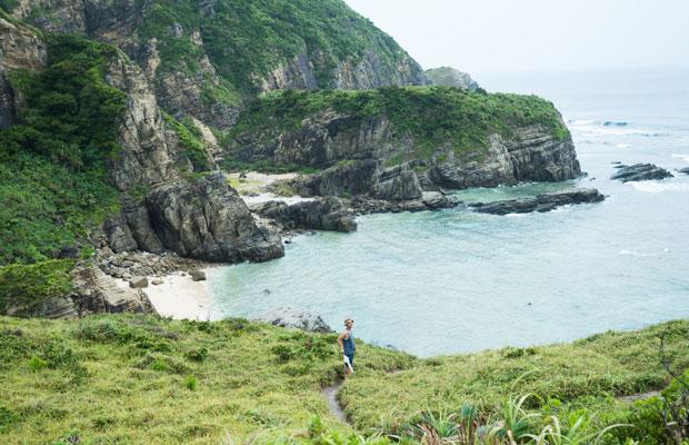 切り立つ岩場に囲まれたビーチ。