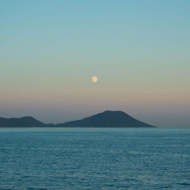 お月さんと小豆島。