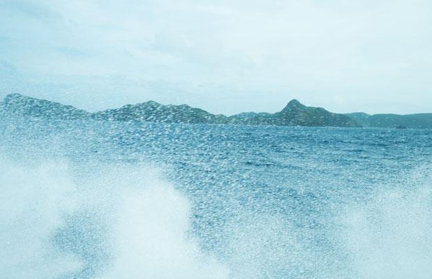 この日は台風の影響で波が高く、船がドカンドカンと波にぶつかってました。