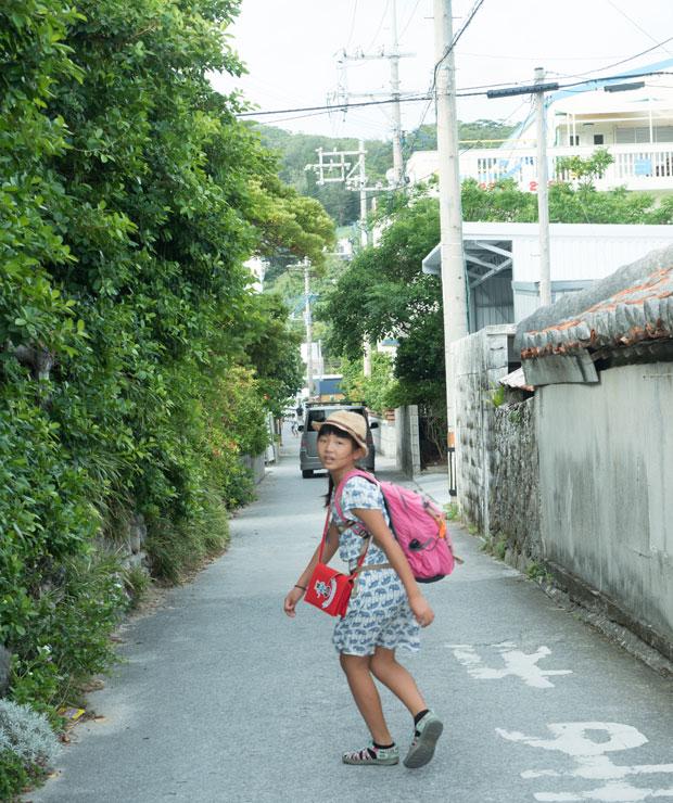座間味島到着。集落の中の道を歩いていきます。