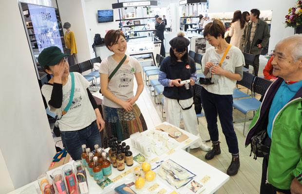 普段使っているカメラストラップやグローブ、小豆島の調味料や果物などの販売。