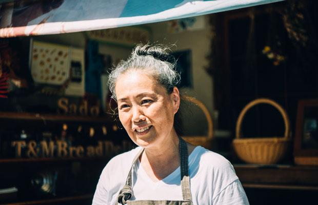 笑顔の絶えない智子さん。パンづくり以外にも自宅の畑で自然農法の野菜づくりなどもしているそう。