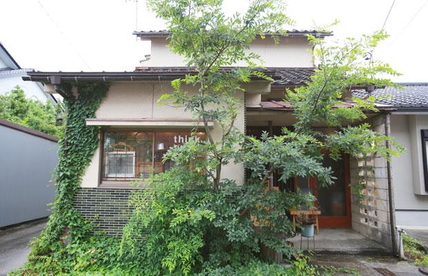 富山市旭町、花水木通りに面したthink. DIY cafe。