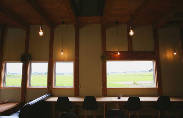 納屋の壁面に開口部を設け、田園風景を一望できる空間に変えた。