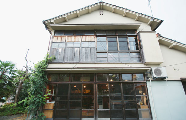 築50年以上の一戸建てをリノベーションした事務所兼店舗。