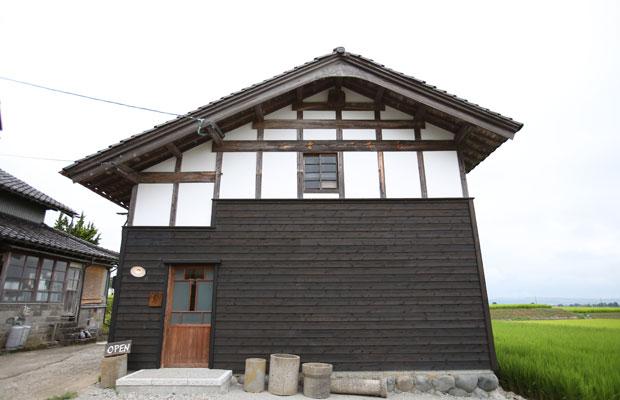 富山県南砺市の井波地区にあるブックカフェ〈コメ書房〉。