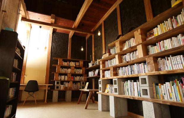 高橋さんがDIYでつくった本棚。