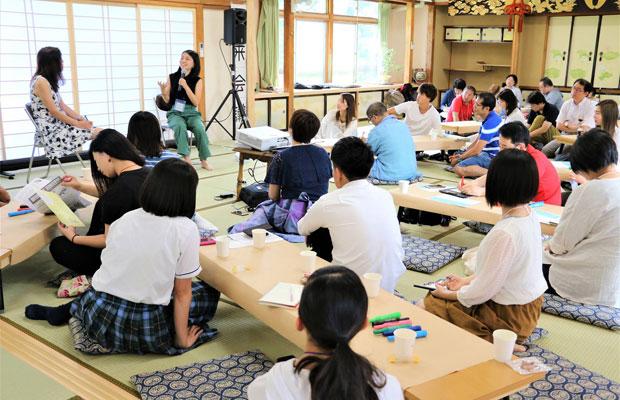 未来会議で話す若者とそれを聞く参加者たち。(2018年7月、撮影:橋本栄子)