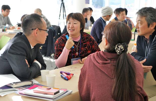 未来会議に参加する筆者(中央)。(2017年11月、撮影:橋本栄子)
