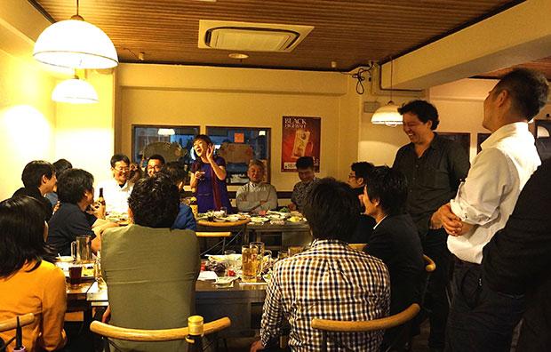 まちづくりのプロと、まちづくりを学ぶ早稲田大学の学生とで盛り上がった懇親会。