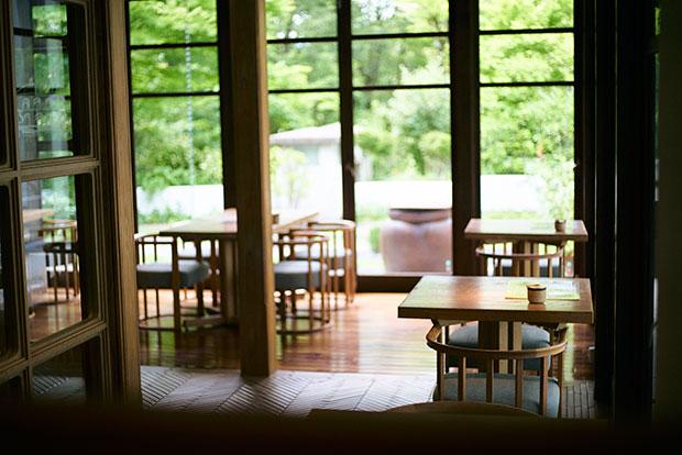 窓が大きく明るい店内。外に見える景色も緑豊かだ。