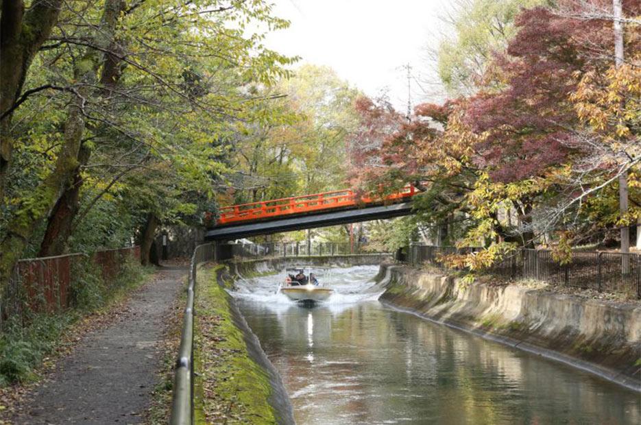 鮮やかな朱塗りの橋が疏水上を斜めに架かる様が印象的な「本圀寺正嫡橋」。