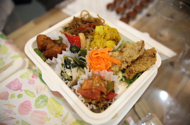 岡山県瀬戸内市のビーガン&オーガニック料理屋〈erbenmu〉の、季節の野菜をふんだんに使ったデリ弁当。