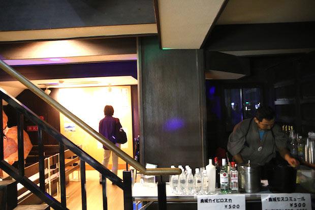 5階では岡山市のバー〈華伝座(カデンツァ)〉のカクテルが振舞われた。