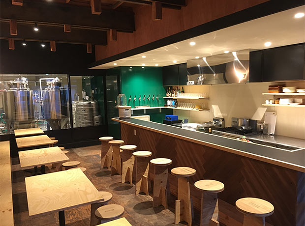 遠野醸造はタップルームの奥にある醸造所を眺めながら出来立てのビールを楽しむことができる。(写真提供:遠野醸造)