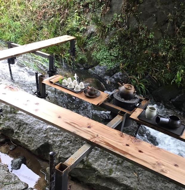 川の上でお茶を楽しめる「茶ベンチ」(九州)