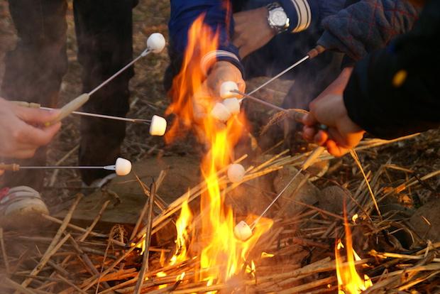 焚火を楽しみながらマシュマロを焼く