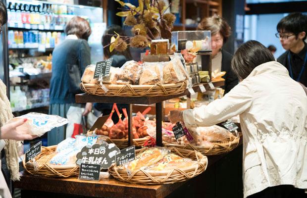 ほかにも長野のご当地パン「牛乳パン」など、パンコーナーは人気。